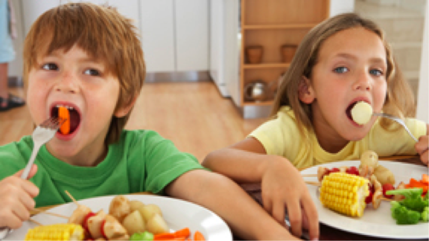 children eating vegetables